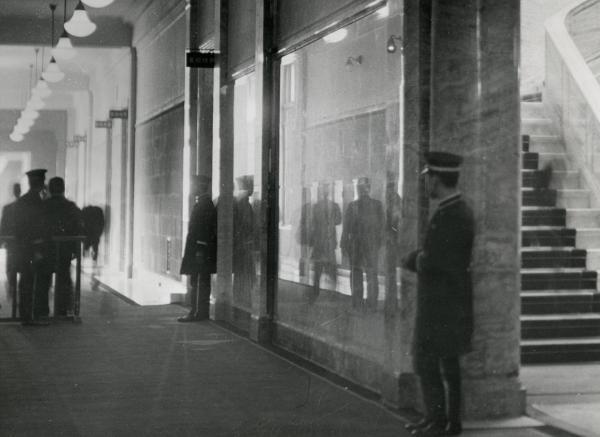 1937年、新帝国議会議事堂の廊下。ピカピカの大理石に、人影が映る