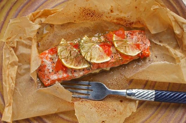 魚の紙焼きは素早くできて皿を洗う必要もなし=フリンさん提供