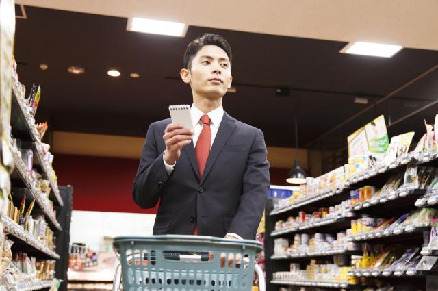 買い物をするサラリーマン※写真はイメージです
