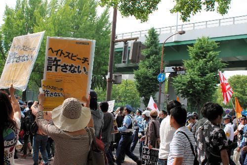 「嫌韓」などを叫んだデモ。「朝鮮人をたたき出せ」などのヘイトスピーチが飛ぶ一方、それに反対する人たちもいた=2015年5月、名古屋市中区