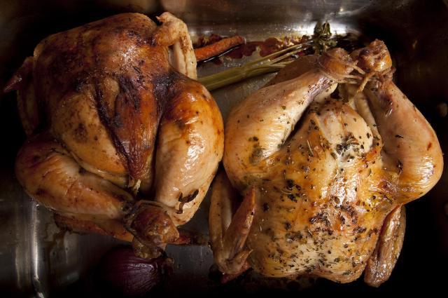 鶏を丸ごとオーブンで焼いてローストチキンに=フリンさん提供