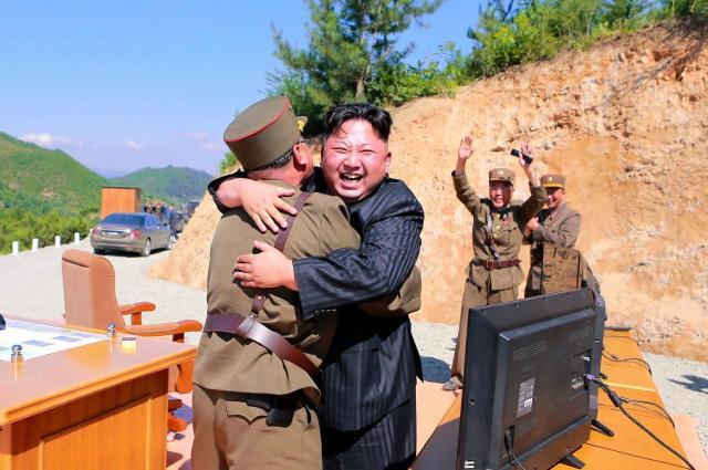 7月4日に「火星14」の試射成功を喜ぶ金正恩・朝鮮労働党委員長。北朝鮮はICBM(大陸間弾道弾)の発射に成功したと宣言した=朝鮮中央通信