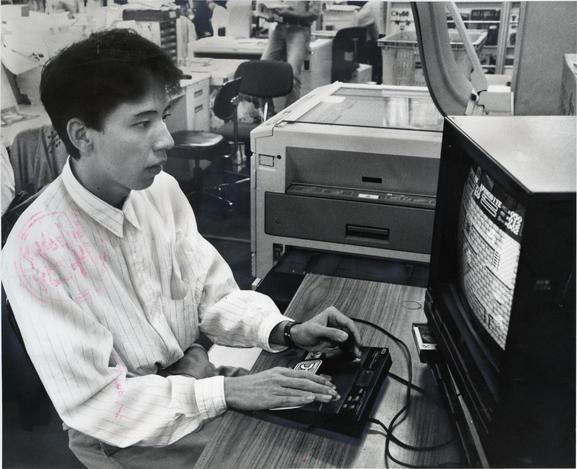 アスキー社発行のゲーム誌「ファミコン通信」に所属するゲーマー鈴木弘明さん=1987年9月