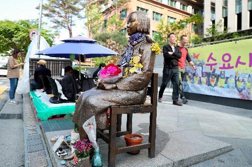 在韓国日本大使館近くに設置されている、慰安婦を象徴する「少女像」=5月、ソウル