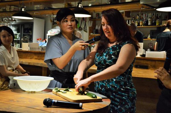 「ダメ女たちの人生を変えた奇跡の料理教室」の著者キャスリーン・フリンさん。来日記念のトークショーでは、フリンさんが包丁の使い方を実演して説明した