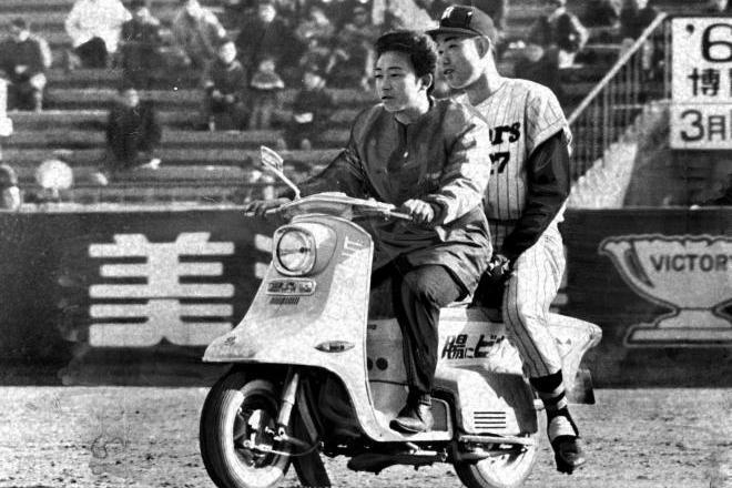 1964年の朝日新聞に掲載された写真。このバイクがリリーフカーの発祥とされる