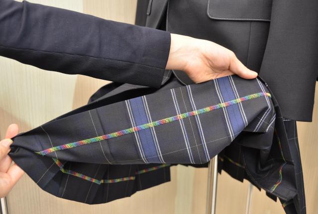 「レインボーロック」がほどこされたスカート。スカートの内側で生地の端を縫った部分が、虹色になっている=7月5日、東京都千代田区