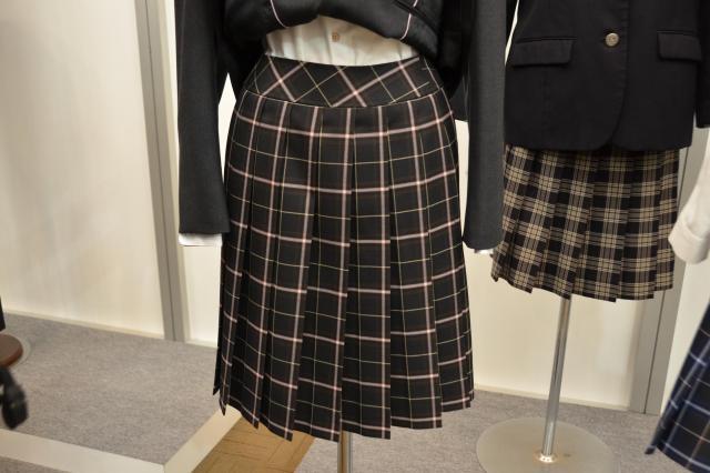 「カーブベルト」のスカート。腰の部分が体のラインに沿ったデザインだ=7月5日、東京都千代田区