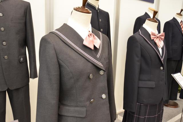 学生服メーカー「トンボ」の展示会には、様々なデザインの制服が並んだ=7月5日、東京都千代田区