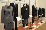 学生服メーカー「トンボ」の展示会に並んだ制服。スカートのチェック柄の種類が豊富だ=5日、東京都千代田区