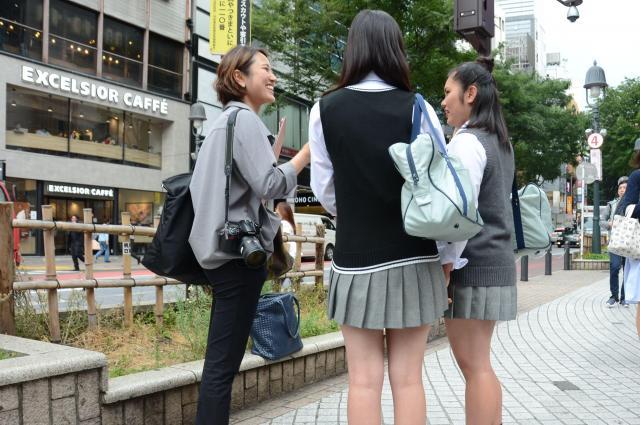 渋谷で女子高生にスカート丈について取材する記者