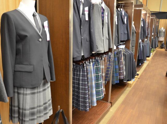 学生服メーカー「トンボ」の展示会に並んだ制服。スカートのチェック柄の種類が豊富だ=7月5日、東京都千代田区