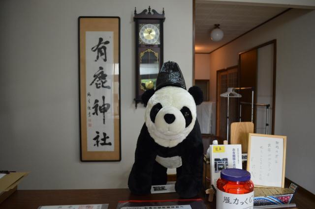 社務所の受付で待ち受けるパンダ