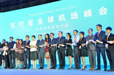 アリペイは、中国のネット通販最大手「アリババグループ」が始めた。記念撮影する同グループと世界の空港の関係者たち=2016年9月26日、上海市内