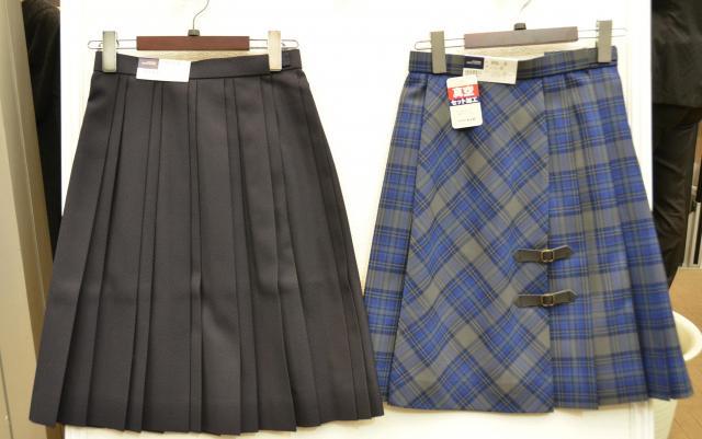 「親子プリーツ」(左)と「巻き風スカート」(右)=7月5日、東京都千代田区