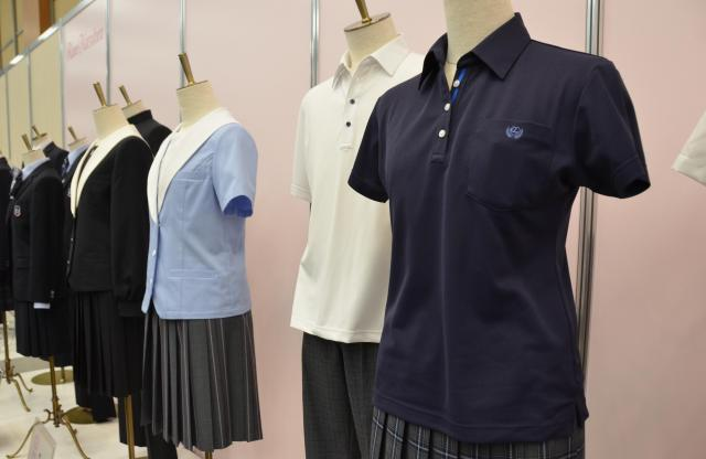 学生服メーカー「トンボ」の展示会には、ポロシャツもあった=7月5日、東京都千代田区