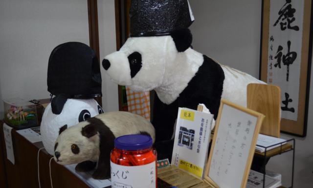 寄付されたパンダの置物(中央)