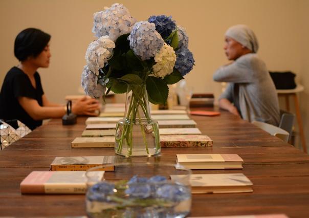 ウッドテーブルにおすすめの本が並ぶ