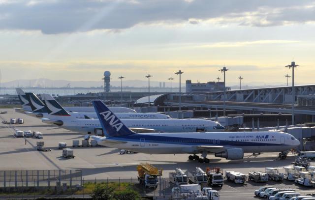 出発を待つANA機とキャセイパシフィック機=関西空港