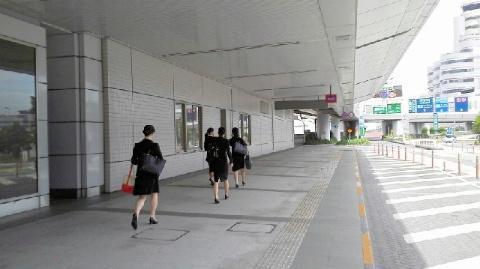 ANAのCA職の最終面接の会場に向かう女子学生たち=羽田空港