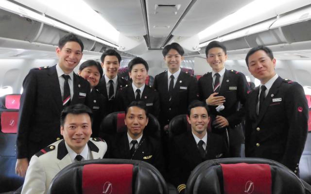 男性クルーだけで飛んだJALの「こいのぼりフライト」=日本航空提供