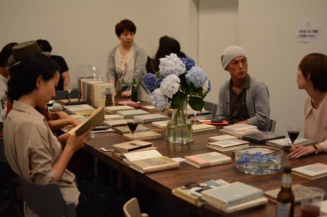 本を読んだり、自分に薦められた本を互いに紹介し合ったりする参加者