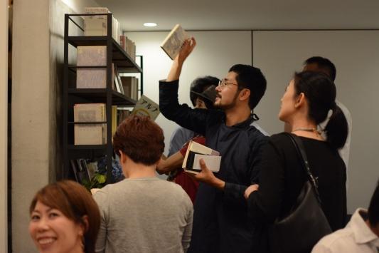 次から次に本を選んでいく川上さん(中央)
