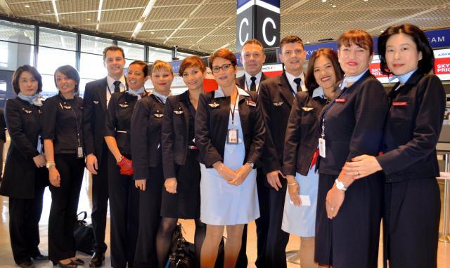 エールフランス航空のCAたち。3人に1人は男性だという=成田空港