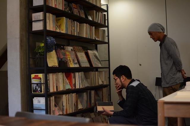 選書中の川上さん(左)。「難しいな」「どうしようかな」とつぶやき、悩みながら選んでいく