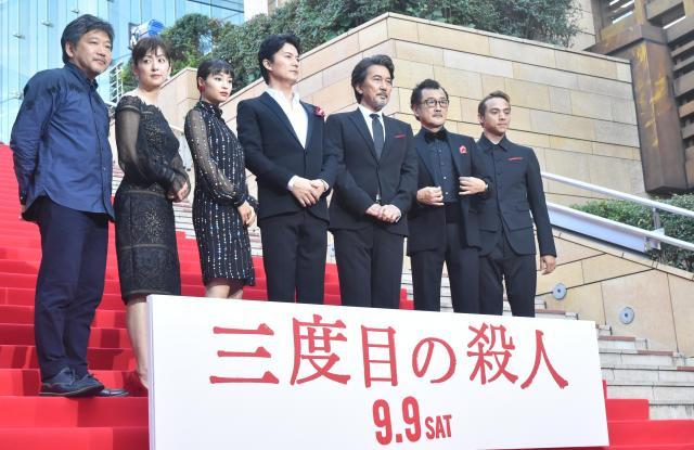 レッドカーペットに登場した「三度目の殺人」の出演者と是枝裕和監督(左)=東京都港区のTOHOシネマズ六本木ヒルズ