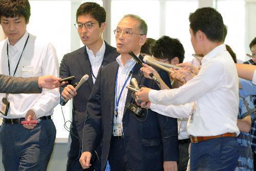 日報問題での「2月の会議」への自身と稲田防衛相の出席が報じられ、記者団に囲まれて登庁する黒江事務次官(当時)=7月19日、東京都新宿区の防衛省