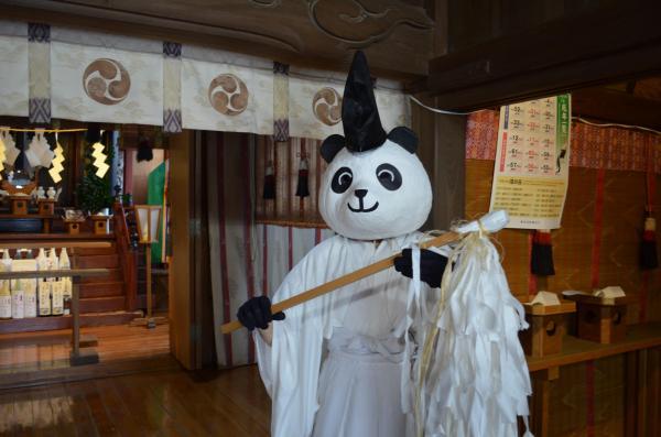 パンダヘッドを装着した有鹿神社の禰宜(ねぎ)・小島さん