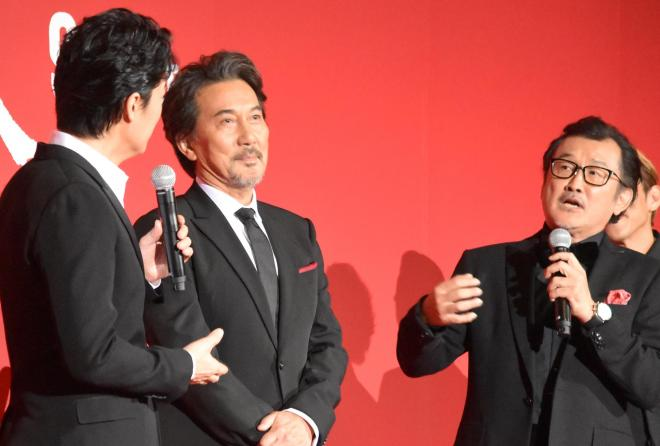 福山雅治さん(左)との初対面の印象を明かす吉田鋼太郎さん(右)=東京都港区のTOHOシネマズ六本木ヒルズ