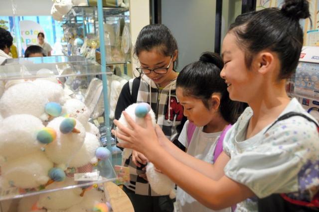 この日も多くの観光客がしろたんを求めて来店していた=東京都渋谷区