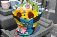 3日から発売される「ゲゲゲのお花」。鬼太郎のブーケはラッピングをしたまま飾れるようになっている。(C)水木プロダクション