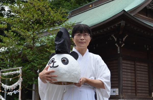 有鹿神社の禰宜・小島さん。「神社が地域の人にとって、とっつきやすい場所でありたい」と話します