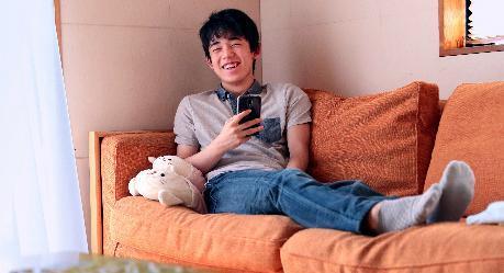 プロ棋士藤井聡太四段の自宅リビングのソファに「しろたん」が=愛知県瀬戸市、山本正樹撮影