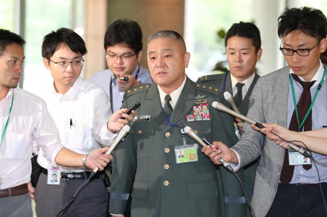 記者に囲まれて登庁する岡部陸上幕僚長。この日、日報問題での処分に続いて辞任が発表された=7月28日午前、東京都新宿区の防衛省