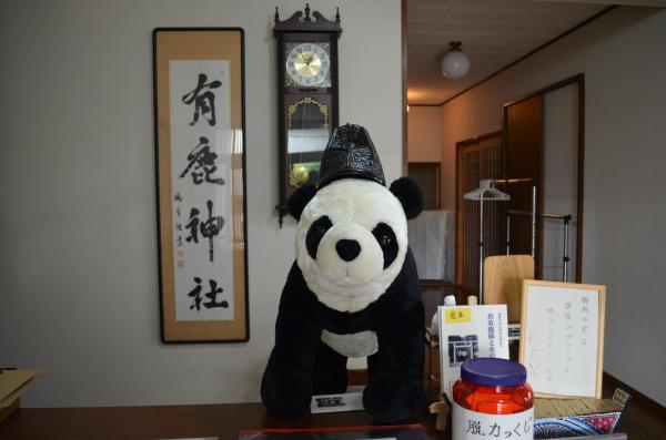 有鹿神社の社務所の玄関には、パンダがお出迎え