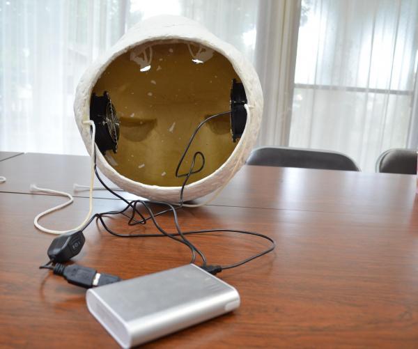 暑さ対策で、パンダヘッドの内部にはパソコン用のファンが取り付けられるようになっています