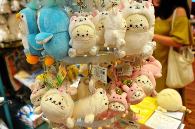 ペンギンやウサギなど様々な動物とコラボしたしろたん=東京都渋谷区