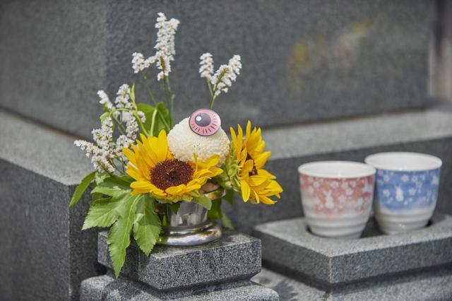 ブーケはラッピングを外して、墓前にお供えすることもできる(C)水木プロダクション