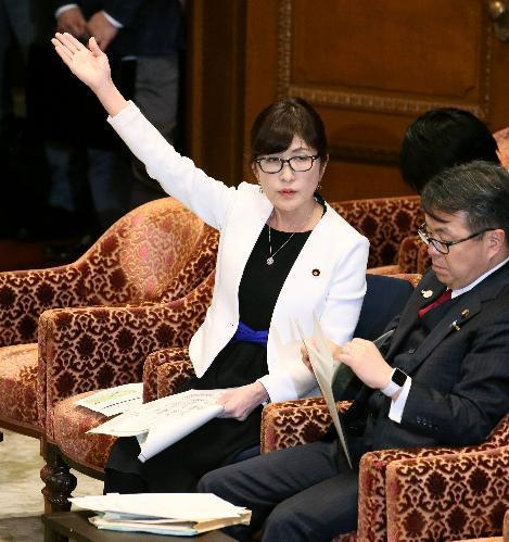 衆院予算委で答弁するため挙手する稲田防衛相(当時)=2月8日