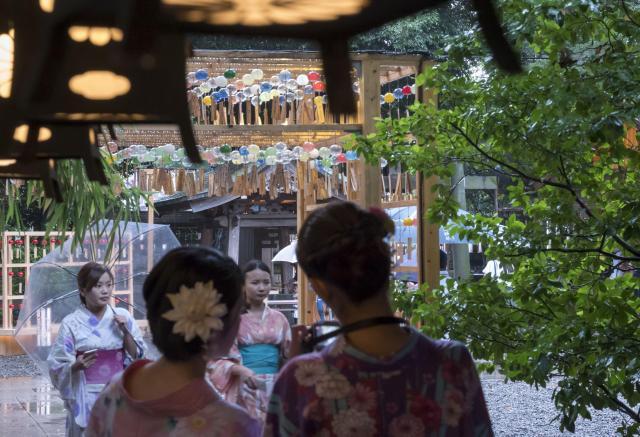 浴衣で参拝する人も=川越氷川神社(埼玉県川越市)、佐藤正人撮影