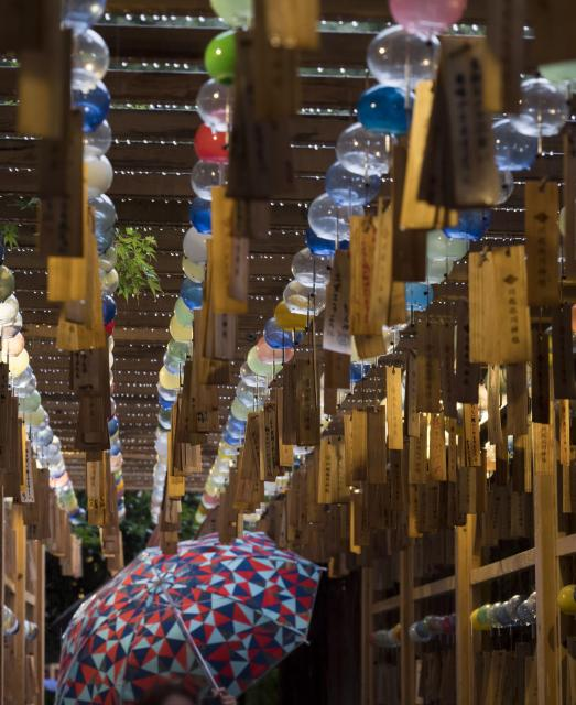 カラフルな風鈴が並ぶ=川越氷川神社(埼玉県川越市)、佐藤正人撮影