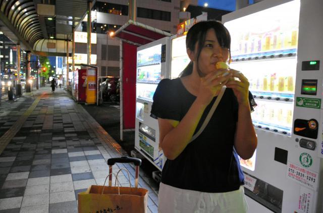 クレープを食べる柳川さん=鹿児島市、島崎周撮影
