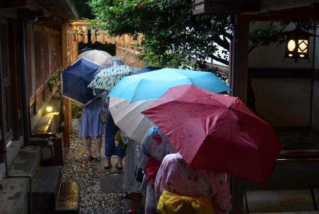風鈴が飾られているところには、写真撮影待ちの行列が=川越氷川神社(埼玉県川越市)、野口みな子撮影