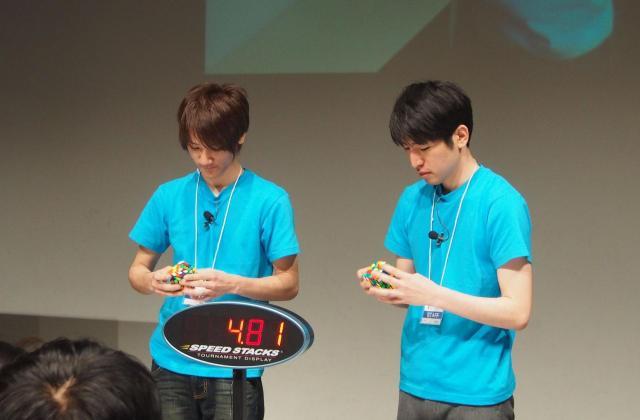 イベントでキューブを解く中島さん=2015年、中島悠さん提供