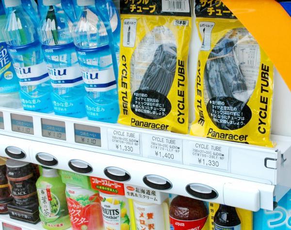 自販機で売られている自転車用チューブ=2013年10月16日、愛媛県今治市