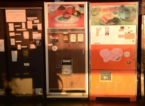 トーストとハンバーガーのレトロ自販機=2016年12月25日、埼玉県行田市